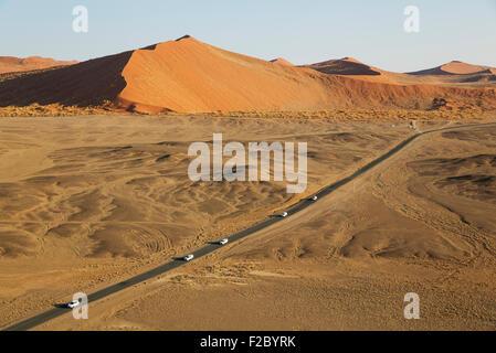 Route pavée reliant Sesriem Sossusvlei et le célèbre au coeur du désert du Namib, court entre les dunes de sable spectaculaire