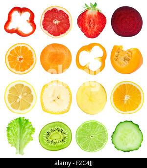 Collection de tranches de fruits et légumes frais sur fond blanc Banque D'Images