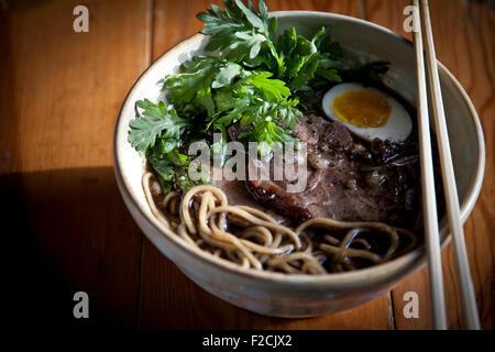 Kogashi miso ramen avec du porc haché, du ventre, des oeufs marinés shoyu et chanterelles, shungiku Banque D'Images