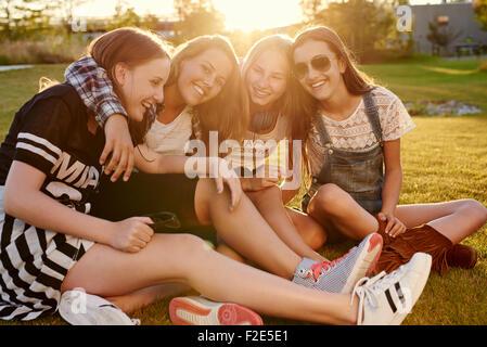 Meilleurs amis un soir d'été dans un parc Banque D'Images