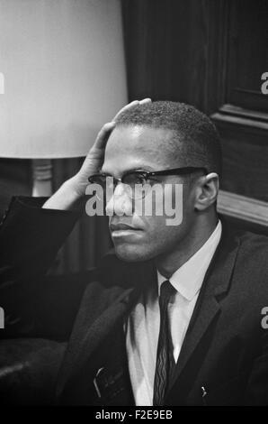 Leader des droits civils Malcolm X attend d'accueillir le pasteur Martin Luther King, lors d'une conférence de presse Banque D'Images