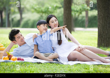 Happy Family having picnic sur l'herbe Banque D'Images