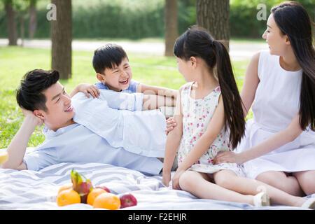 Happy Family having picnic sur l'herbe Banque D'Images