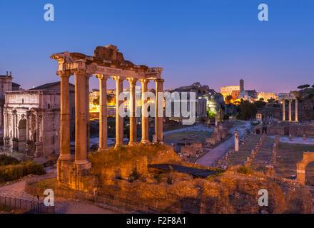 Les colonnes sont les ruines du temple de Saturne, un temple au dieu Saturne dans le Forum Romain Rome Lazio Italie Banque D'Images