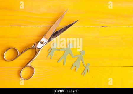 Ciseaux et coupe papier jaune sur la surface en bois Banque D'Images