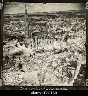 Photographie aérienne de la ville allemande d'Ulm prises après le raid aérien dévastateur de décembre 1944, montrant les énormes destructions causées par les bombardements alliés tout en laissant l'église, Ulm, en grande partie intacte. La plupart de la ville médiévale du centre a été détruit par les bombardements. L'église, également connu sous le nom de cathédrale d'Ulm, Ulm ou Münster Ulmer Münster a le plus haut clocher d'une église dans le monde (161.5m). L'église a été construite entre 1400 et 1540 environ, bien que les clochers ont été terminées qu'en 1890.