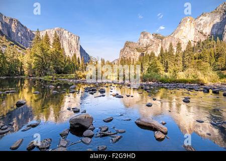 Dans la rivière Merced Yosemite National Park au coucher du soleil, en Californie, aux États-Unis.