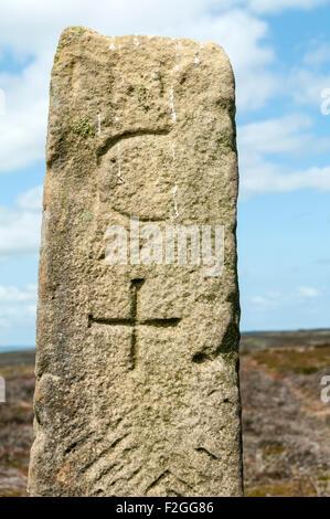 L'ancienne borne lors du sommet de la colline de Leas, Stoney Fylingdales Moor, North Yorkshire Moors, Yorkshire, Banque D'Images