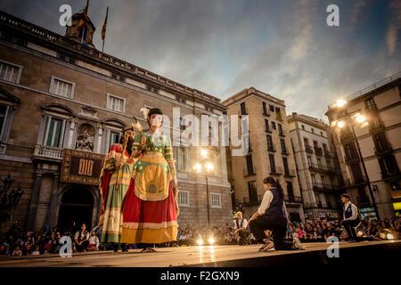 """Barcelone, Espagne. 18 septembre 2015: La 'géants de Santa Maria del Mar' effectuer sur la scène en face de l'hôtel de ville de Barcelone au cours de l'acte initial de la ville festival 'La merce 2015"""": Crédit matthi/Alamy Live News"""