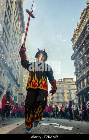 Barcelone, Catalogne, Espagne. 20 Sep, 2015. Un enfant dans un costume gère avec son feu d'artifice au cours de la 'correfocs' s'exécute au cours de l'incendie de la ville de Barcelone festival 'La Merce' 2015 Credit: Matthias Rickenbach/ZUMA/Alamy Fil Live News