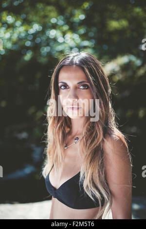 Portrait of young woman wearing bikini noir top Banque D'Images