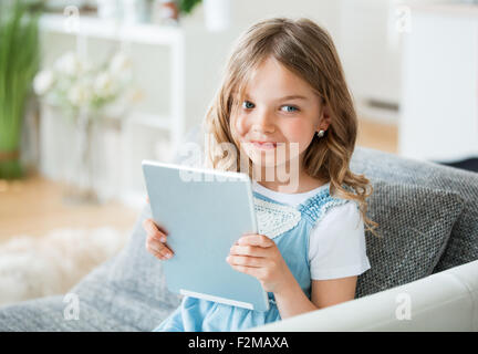 Little girl holding digital tablet Banque D'Images