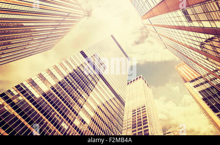 Retro photo stylisée des gratte-ciel au coucher du soleil à Manhattan, New York City, USA. Banque D'Images