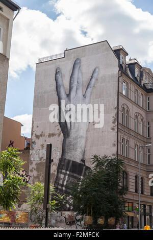 Les doigts croisés graffiti sur mur de la maison à Berlin center Banque D'Images