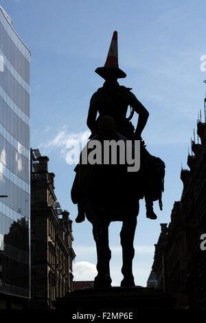 Statue du duc de Wellington Glasgow et cône de circulation sur sa silhouette de tête, dans le centre-ville, Royal Exchange Square / Queen Street, Écosse, Royaume-Uni