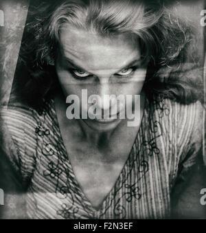 Vintage portrait de femme effrayant avec le mal à faire face Banque D'Images