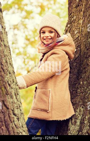 Smiling little girl l'automne dans le parc Banque D'Images