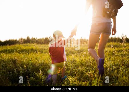 Mère et fils balade in rural field Banque D'Images