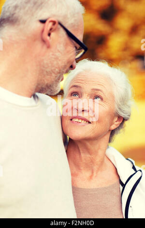 Senior couple hugging in city park Banque D'Images