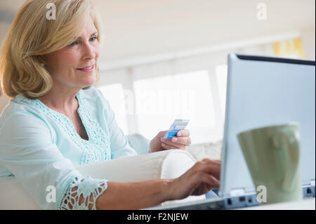 Caucasian woman shopping online with laptop Banque D'Images