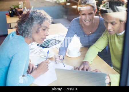 Business people using laptop in office meeting Banque D'Images