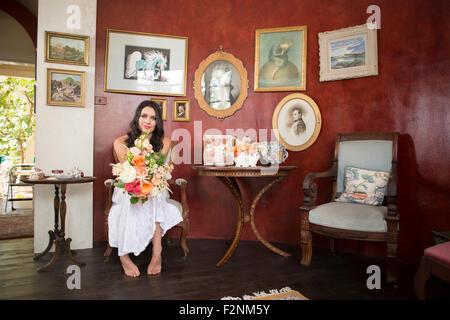 Bride holding bouquet de fleurs dans la salle d'attente