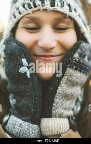 Close up of Caucasian woman wearing cap et des gants tricotés