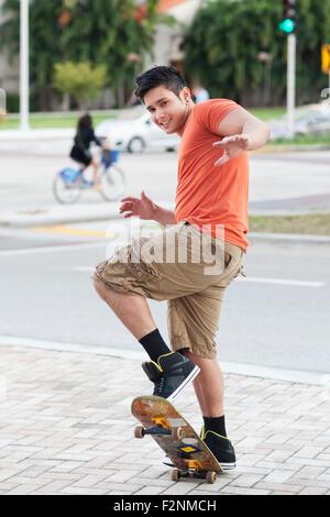 Mixed Race man doing trick sur planche Banque D'Images