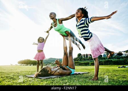 Pratiquer le yoga dans la famille acro parc Banque D'Images