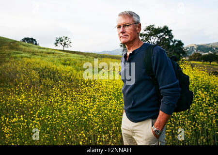 Caucasian man standing in tall grass Banque D'Images