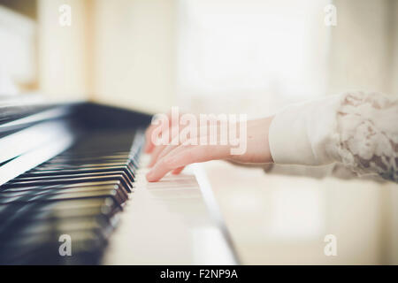 Close up of Caucasian girl playing piano Banque D'Images