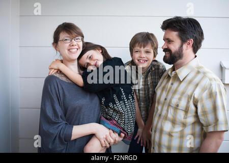 Les parents et les enfants de race blanche smiling outdoors Banque D'Images