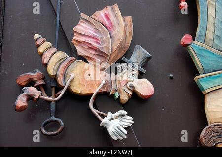 Une figure d'un insecte comme l'homme avec des ailes portant un haut chapeau, gants et bottes à une boutique de Banque D'Images