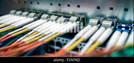 6c8da2bc8b6257 Internet moderne et rapide et le réseau concept  Commutateur fibre optique  avec câbles FC connecté dans la salle des serveurs. L équilibre