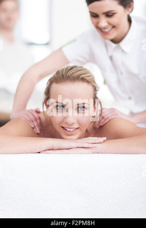 Young woman getting a massage in a spa Banque D'Images