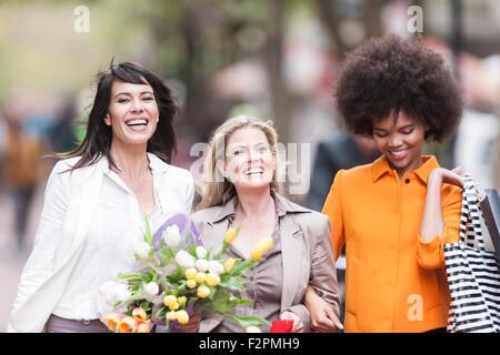 Portrait de trois femmes heureux côte à côte sur shopping Banque D'Images