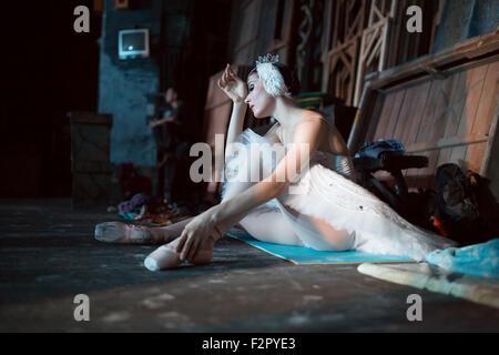 Ballerine assis sur l'échauffement en coulisses Banque D'Images