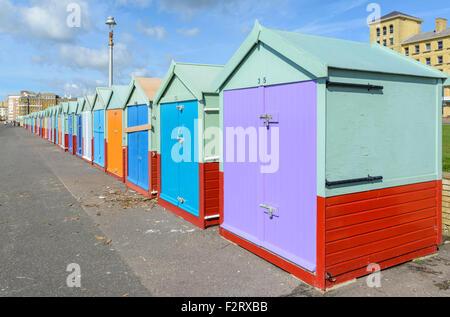 Cabines de plage UK. Cabines de plage sur le front de mer à Hove, East Sussex, Angleterre, Royaume-Uni. Banque D'Images