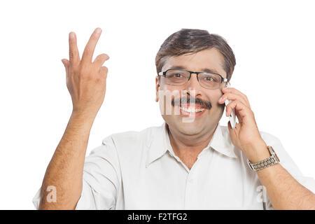 1 homme adulte indien parle de téléphone mobile Banque D'Images