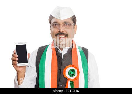 1 adultes indiens politicien homme qualité montrant Téléphone Mobile Banque D'Images