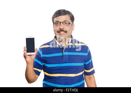 1 homme adulte indien qualité montrant Téléphone Mobile Banque D'Images