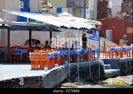 Restaurant de poissons de mer table et chaises dans la baie d'Amoudi Santorini Grèce Banque D'Images