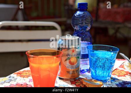 Des boissons dans des verres colorés sur une table dans un café de la rue Banque D'Images