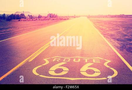 Au coucher du soleil filtrée Vintage Route 66, en Californie, aux États-Unis. Banque D'Images