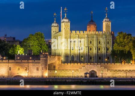 La tour blanche et remparts du château Tour de Londres Vue de nuit en ville de London, England GB UK EU Europe Banque D'Images