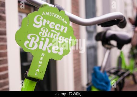 Des vélos de location de cycle du budget vert, Amsterdam. Banque D'Images