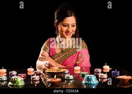 1 Femme adulte indien Festival Diwali Diya Décoration Banque D'Images