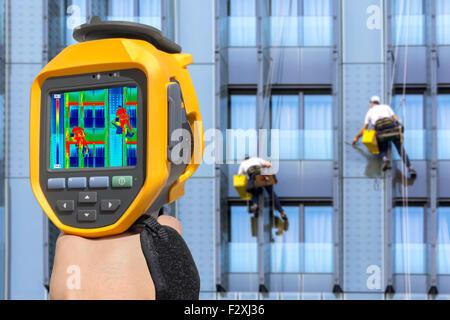 Deux alpinistes lavez les fenêtres d'enregistrement avec caméra thermique, Banque D'Images