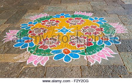 Au cours de l'Indian Festival de Pongal personnes dessiner des motifs complexes dans la craie à l'extérieur de la Banque D'Images