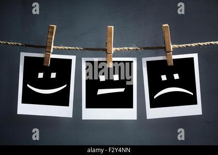 Heureux, Triste et neutre des émoticônes sur instant imprimer des photos Banque D'Images